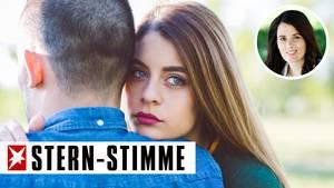 Eine Frau schaut nachdenklich über die Schulter eines Mannes