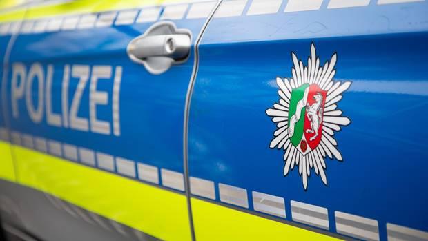 Polizei NRW mit mehreren Streifenwagen im Einsatz bei einem Kreisligaspiel in Duisburg