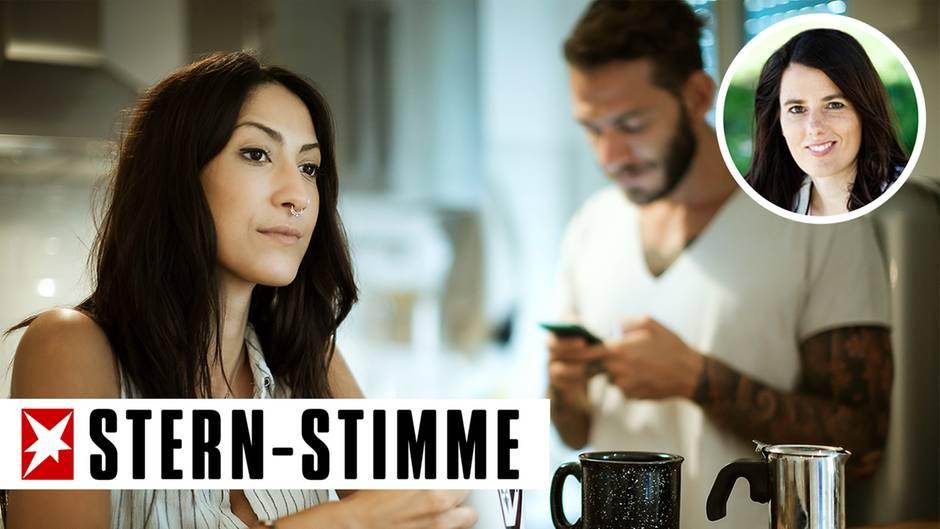 Eine Frau schaut frustriert, während sich der Mann mit dem Smartphone beschäftigt