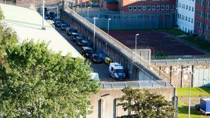 Polizeibeamte vor der JVA Lübeck