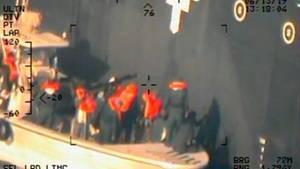 Dieses Foto soll zeigen,wie Soldaten des Iran eine nicht explodierte Haftmine von einem der Tanker entfernen