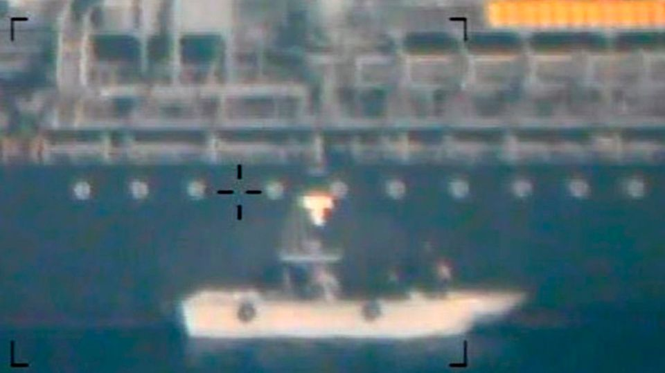 """Auch dieses Foto soll zeigen, wie iranische Soldaten eine nicht explodierte Haft-Mine von der """"Kokuka Courageous""""entfernen"""