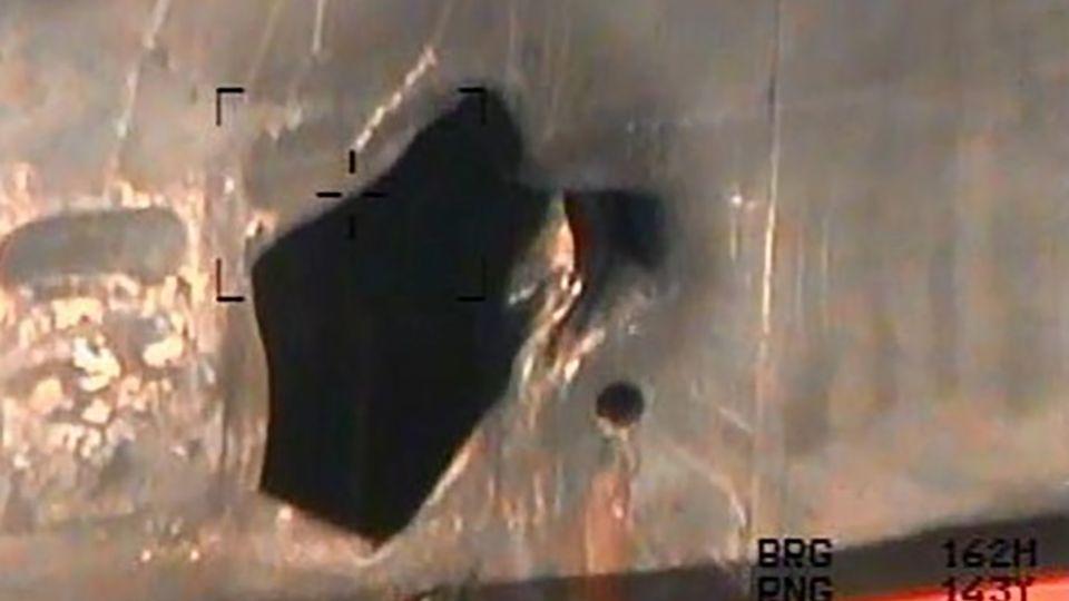 """DieseBild zeigt nach Pentagon-Angaben das Loch, das eine Haftmine in den Rumpf der""""Kokuka Courageous"""" gerissen haben soll"""