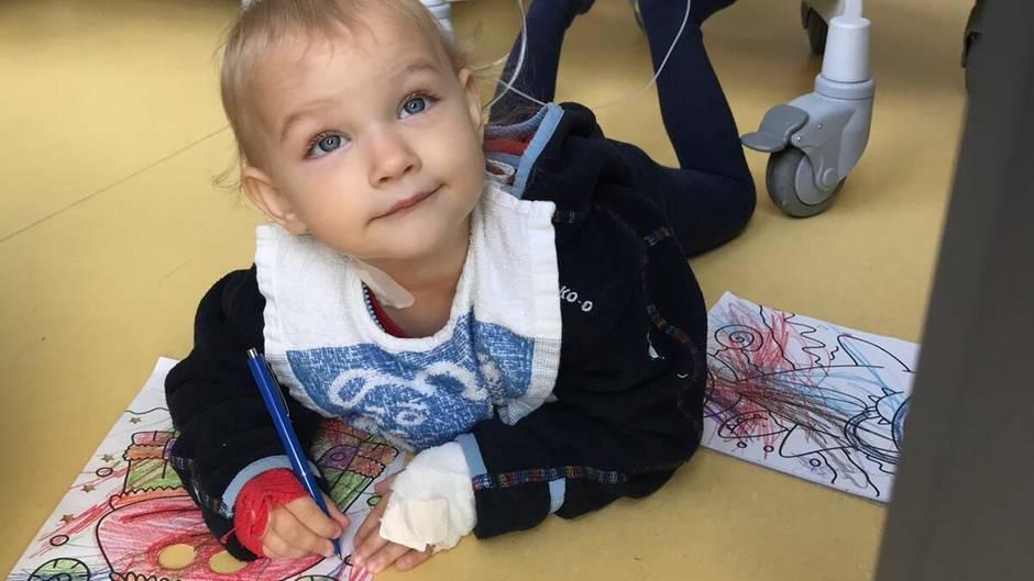 Victoria liegt im Krankenhaus auf dem Boden und malt