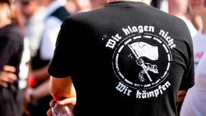 """""""Wir klagen nicht. Wir kämpfen""""steht auf dem T-Shirt eines Teilnehmers einerNeonazi-Demonstration 2018 in Berlin"""