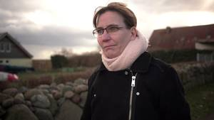 """""""37°: Mein stiller Freund - Wenn Frauen trinken"""": Jacqueline steht im Freien und schaut nachdenklich in die Ferne"""