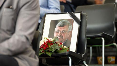 Ein gerahmtes Porträtfoto des erschossenen Kasseler Regierungspräsidenten Walter Lübcke