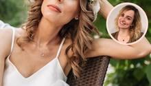 Hochzeitskolumne: Braut sitzt unzufrieden auf einer Bank