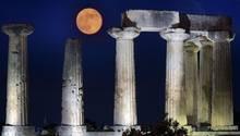 """Der """"Strawberry Moon"""" über dem Apollontempel in Korinth"""