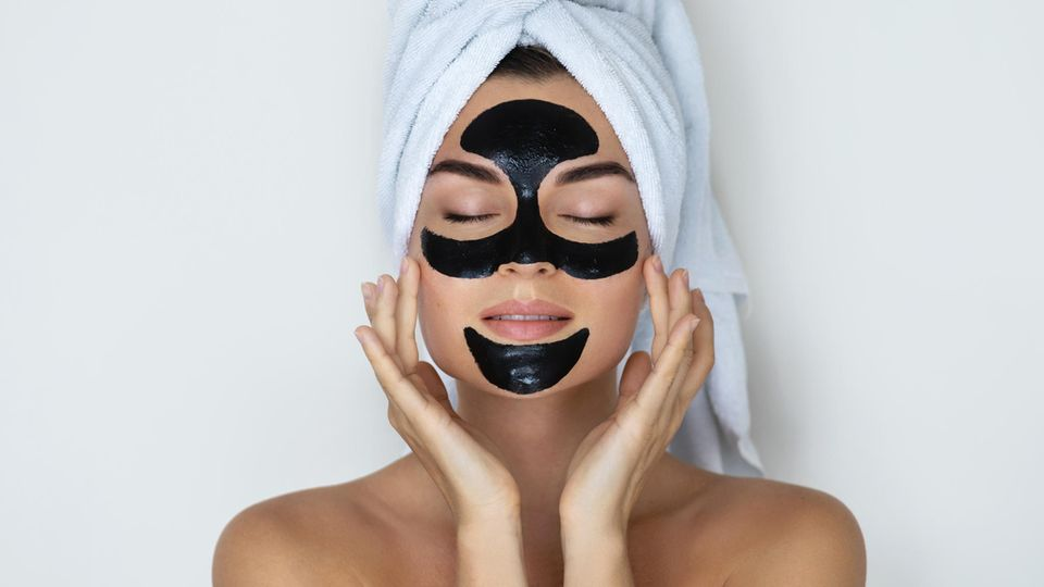 Eine Gesichtsmaske mit Aktivkohle