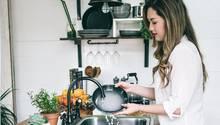 Eine Frau kümmert sich um den Abwasch