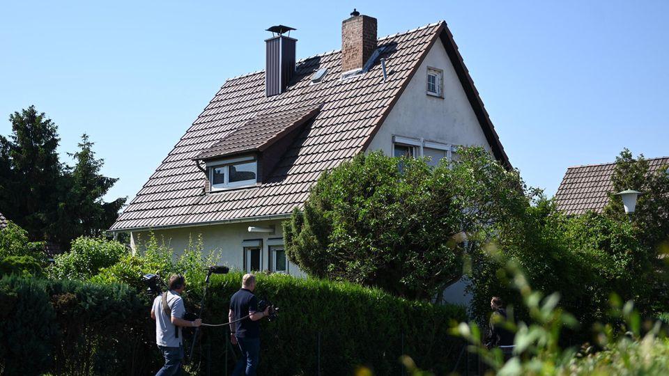 Journalisten gehen vor dem Wohnhaus von Stephan E.