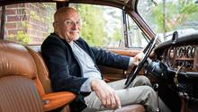 Alte Gefährte(n): Volker Schlöndorff (80) am Steuer seines Jaguars (52). Das Auto schenkte ihm der Schweizer Schriftsteller Max Frisch kurz vor seinem Tod