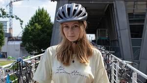 Blondes Mädchen mit Fahrradhelm