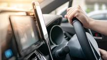 Eine magnetische Handyhalterung erleichtert die Fahrt