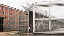 Ein Zellentrakt und Sicherungsanlagen auf dem Gelände der Justizvollzugsanstalt Lübeck. In dem Gefängnis gab es am Montag eine Geiselnahme.