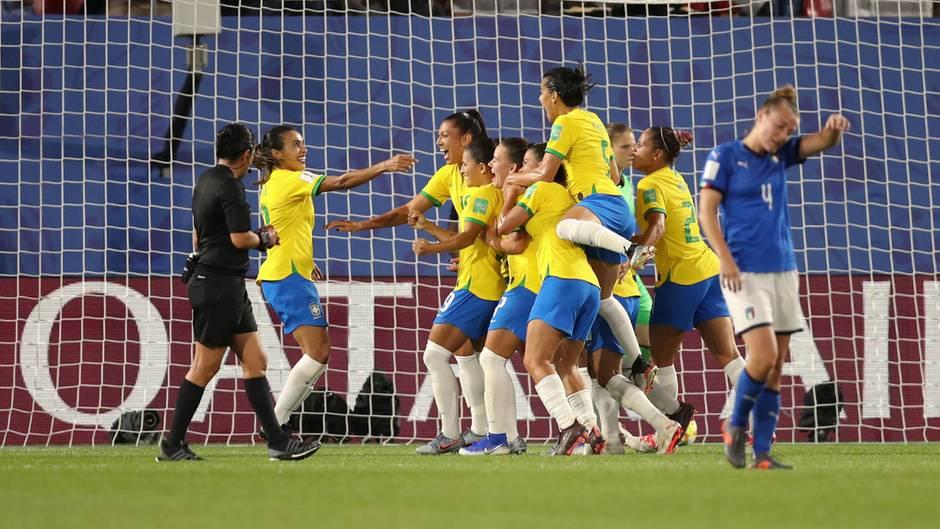 Die brasilianische Nationalelf der Frauen feiert das Tor von Spielerin Marta