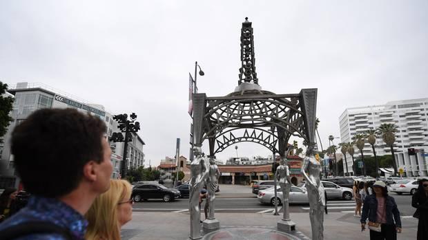 Touristen wundern sich über die fehlende Statue von Marylin Monroe auf dem berühmten Walk of Fame in Hollywood