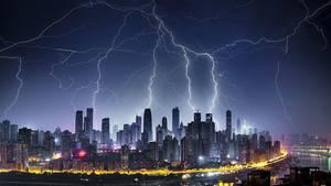 China, Chongqing: Mehrere Blitze sind über der Stadt in der Nacht zu sehen