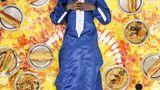 Meissa Ndiaye, Dakar, Senegal, 11 Jahre alt  Meissa teilt sich mit seinem Vater, seiner Mutter und seinem Bruder ein Einzelzimmer in einem baumlosen und sandigen Vorort Dakars.Meissa, ein gläubiger Muslim und Schüler der Koranschule, liebt Ziegenfleisch und süße Speisen wie Porridge. Er isst gern französischesBrot, gefüllt mit Spaghetti, Erbsen oder Bratkartoffeln. Meissas Mutter und Tanten bereiten seine Mahlzeiten zu, ein- oder zweimalpro Woche gibt es auch Take-Out..