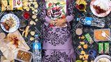 Nur Zahra Alya Nabila Binti Mustakim, Kajang, Malaysia, 7 Jahre alt  Auf Nurs Speiseplan stehen chinesische, indische und malaiische Gerichte wie Chee Cheong Fun, Reisnudelröllchen mit gedämpftem Tofu, Bohnenquark und Fischbällchen, die mit etwas süßer Chilipaste serviert werden. Roti Canai, ein Fladenbrot mit Dal und Curry; und Nasi Lemak, eine Mischung aus Reis, gekochten Eiern, Gurken, Sardellen, Erdnüssen und Sambal (scharfe Soße), in Kokosmilch gekocht und in Bananenblätter gewickelt. 90% der Mahlzeiten von Nur sind hausgemacht. Sie liebt das Essen ihrer Mutter, besonders ihre Nasa Ayam (Hühnchen und Reis). Das ungesündeste Essen, das Nur isst, sind die Snacks und süßen Getränke, die sie in ihrer Schulkantine kauft.
