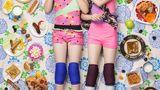 Alexandra (links), 9 Jahre alt und Jessica, 8 Jahre alt, Altadena, USA  Alex und Jessicas Vater und Großvater arbeiten als Ingenieure für die Nasa. Ihr Garten ist voll mit Lebensmitteln: Brombeeren, Weintrauben, Fruchtbäume wie Feigen, Pfirsich, Granatäpfel, Guava und Bananen. Außerdem haben sie Hühner, deren Eier sie fast jeden Tag essen.  Jessica liebt Süßigkeiten und Pizza mit Schinken und mag keineBohnen, Paprika, Sushi und Schokolade.Alex macht selbst Hot Pockets, Pizzabrötchen und Quesadillas, aber ihr Lieblingsgericht ist Makkaroni und Käse. Sie weigert sich, Rosenkohl oder durchgeweichte Brokkoli-Reste zu essen.