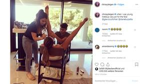 Vip News: Chrissy Teigen lässt sich ihre Beine schminken