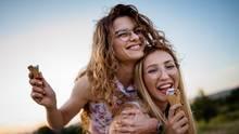 Zwei Frauen mit Eis