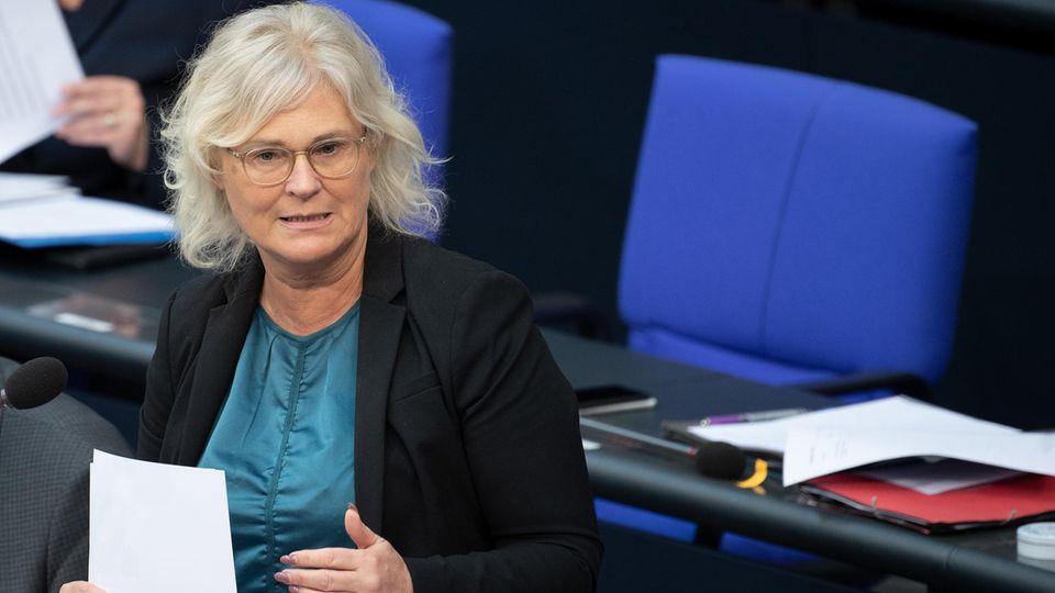Christine Lambrecht beantwortet bei der Fragestunde im Bundestag die Fragen der Abgeordneten