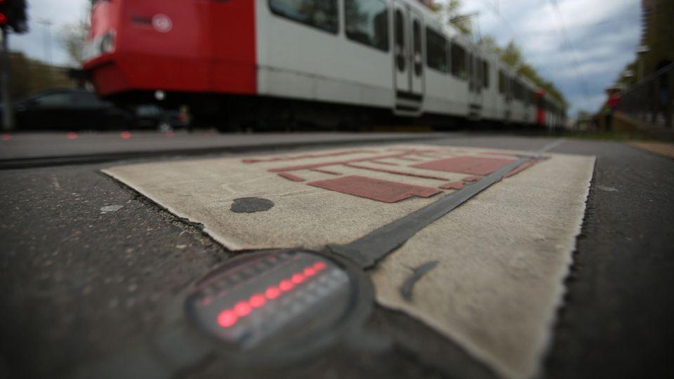 Eine rote LED-Lampe auf dem Boden leuchtet rot