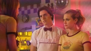 """DieLiebe zwischen Betty und Jughead trotzt in """"Riverdale"""" den Herausforderungen (Symbolbild)"""