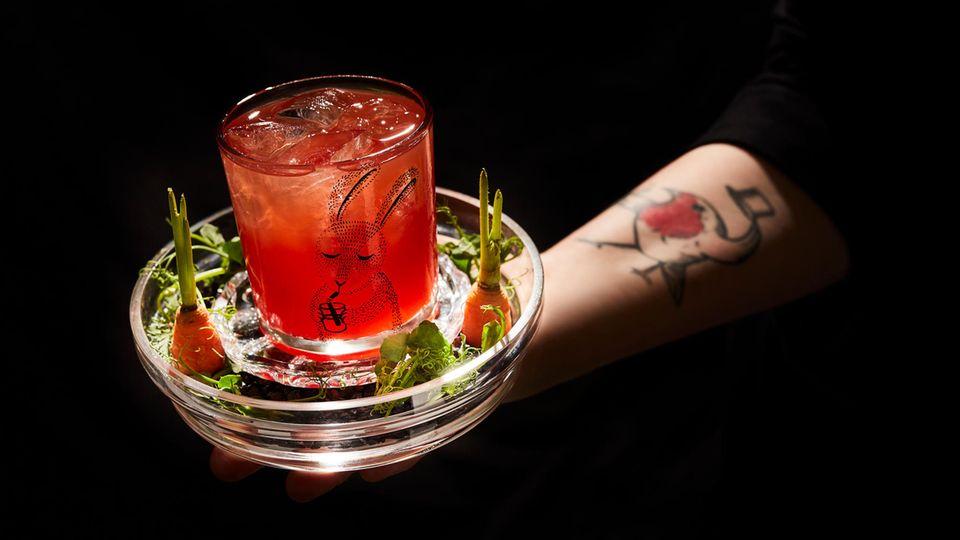 """CarotolinNegroni  Beginnen wir mit dem Negroni. Das Originalrezept sieht jeweils einen Teil Gin, roten Wermut und Campari vor.Marie Rausch aus der Münsteraner Bar """"Rotkehlchen"""" verleiht dem Klassiker, der mittlerweile mehrals 100 Jahre alt ist, einen spannenden Twist: Der Campari bleibt, der rote Wermut wird jedoch durch Süßwein und frischgepresstenKarottensaft ersetzt, statt Gin landet Calvados im Glas.Benannt ist der Drink übrigens nachDavide Camparis Mutter, die in Anlehnung an ihre rote Haarfarbe """"Carotolin"""" übersetzt """"kleine Rübe"""" genannt wurde.      Das Rezept:  3 TeileCampari   3 Teile Calvados  3 Teile SauternesSüßwein  2Teile frischer Karottensaft      Alle Zutaten (ohneden Karottensaft)auf viel Eisverrühren,ineinem Tumbler auf Eis geben und mit demfrischen Karottensaftfloaten."""