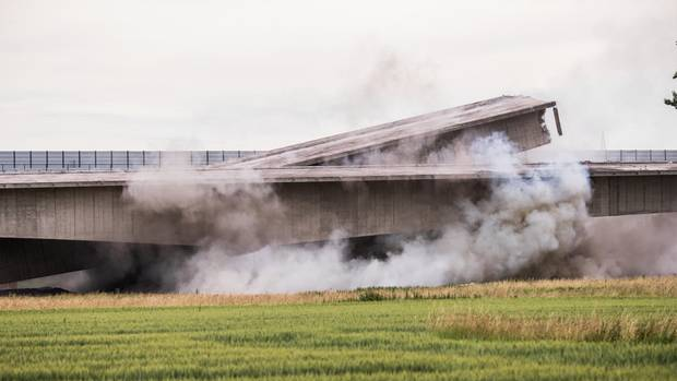 Die alte A6 Brücke, die Neckartalbrücke Heilbronn, wurde gesprengt
