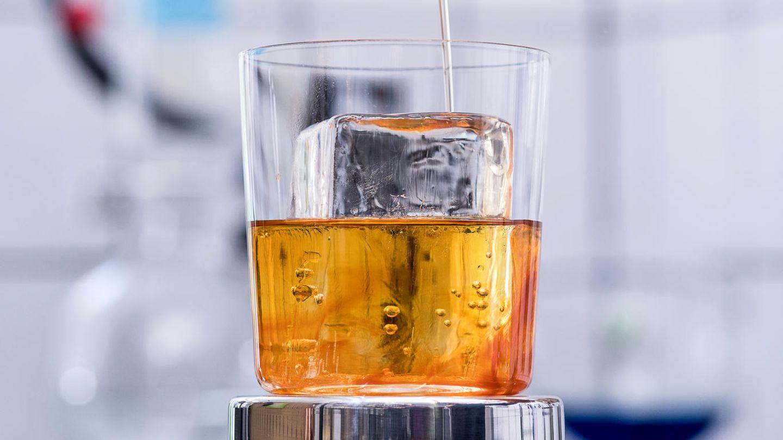 Snickerbocker Glory  Auch die Freiburger Cocktailbar One Trick Ponywagte sich an einen Old Fashioned und brachte ein wenig Aufregung ins Glas: BeimSnickerbocker Glory handelt es sich um eine Old-Fashioned-Variation, die man aufgrund der komplexen Zutaten in der Heimbar kaum nachmixen kann. Noten von Erdnuss, Banane und Kakao treffen auf Whisky - spannend!      Rezept:  40 mlPeanut Bourbon Whiskey  20 ml Bourbon Whiskey  12,5 ml Creme de Banane  12,5 ml Creme de Cacao  0,5 ml Orange-Kardamon Pony Bitters  0,1 ml Salzlösung (20%)  20 ml Schmelzwasser
