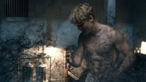 """Ein Bild von Rasmus aus der zweiten Staffel der Netflix-Serie """"The Rain"""". Das Virus tritt aus seinem Körper."""