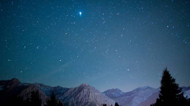 Ein klarer Sternenhimmel über den Schweizer Alpen bei Arosa