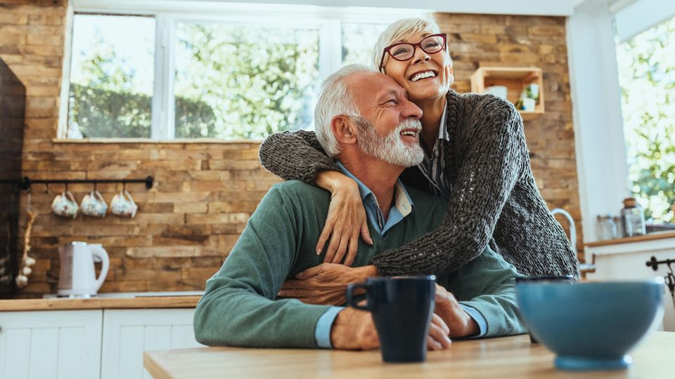 Von einem glücklichen Ruhestand träumen viele - doch häufig reicht die Rente kaum zum Überleben.