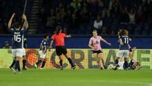 SchiedsrichterinRi Hyang Ok (im roten Trikot)wollte den Strafstoß für Argentinien nicht geben