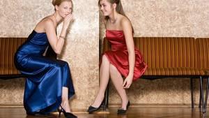 Zwei Mädchen auf dem Abschlussball