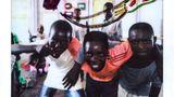 Drei kongolesische Flüchtlingsjungen im Lager Kyaka in Uganda