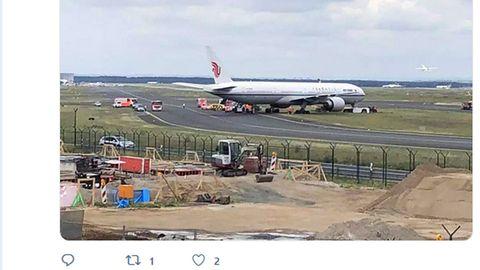 Beim Schleppvorgang: Am Frankfurter Flughafen: Boeing 777 von Air China gerät von der Piste ab