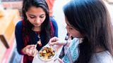 Aloo Chaat, Indien  Dieses Streetfood kommt vom indischen Subkontinent. Es ist in Nordindien, in Ostindien und in Pakistan beliebt.Es handelt sich dabei um Kartoffeln, die in Öl gebraten und mit Gewürzen und Chutneys verfeinert werden.