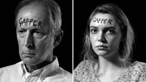 """Schaulustige mit dem Schriftzug """"Gaffer"""" auf der Stirn"""