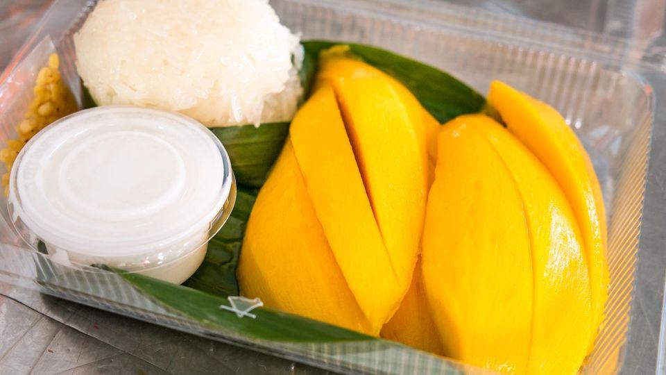 Mango and Sticky Rice, Thailand  Mango mit klebrigem Reis, der mit Kokosmilch beträufelt wird. Zum Reinlegenlecker! Gibt's in Bangkok an fast jeder Straßenecke.