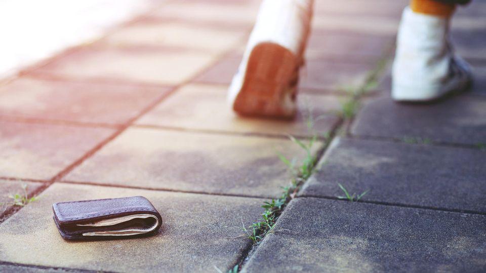 Geldbeutel verloren: Eine Geldbörse liegt auf dem Boden