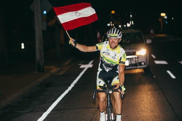 Christoph Strasser bejubelt seinen sechsten Sieg beim Race Across America