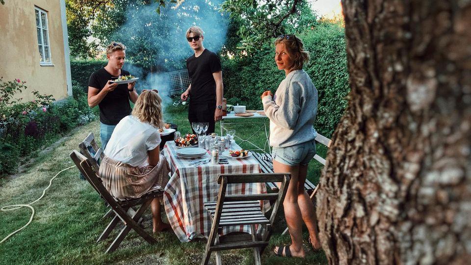 Im Sommer werden die Grill-Nächte mit Freunden oft lang (Symbolbild)