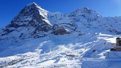 Berner Oberland, Schweiz: Jungfraubahn  Schwer zu sagen, worüber man mehr staunen soll: über die majestätische Jungfrau – mit 4158 Metern Höhe einer der eindrucksvollsten Berge Europas – oder darüber, dass man den alpinen Giganten, der vor 23 bis 34 Millionen Jahren entstand, seit gut hundert Jahren mit der Bahn erreichen kann. Die neun Kilometer lange Jungfraubahn wurde 1912 eröffnet und verläuft von der Kleinen Scheidegg, einem Bergpass auf 2.061 Metern, zum 3.454 Meter hoch gelegenen Jungfraujoch, der höchsten Bahnstation Europas. Den größten Teil der Strecke legt die Zahnradbahn in einem Tunnel durch die Nachbarberge Eiger und Mönch zurück, um in einer prachtvollen hochalpinen Landschaft wieder aufzutauchen – mit Ausblicken auf den Aletschfirn (den höchsten Alpengletscher), imposante Gipfel und unberührten Schnee.