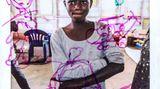 """Prisca, 14, lebt seit einem Jahr im FlüchtlingslagerKyaka im Westen Ugandas, wohin sie ausder Demokratischen Republik Kongo geflohen ist. """"Unser Leben im Kongo war wirklich hart, die Rebellen kamen in unser Dorf, fielen in unsere Häuser ein und nahmen alles mit und prügelten alle nieder. Und eines Tages wurde mein Vater von den Rebellen aus unserem Haus geholt und getötet, also beschlossen wir zu fliehen, um unser Leben zu retten. Ich erinnere mich sehr gut an den Tag, an dem er getötet wurde. Er flehte vergeblich um sein Leben."""" Auf Priscas Bild sind ein Gewehr, einDolch und kämpfende Menschen abgebildet. """"Ich habe das wegen derbösen Menschen im Kongodie sich gegenseitig umbringengemalt. Es ist meine Erinnerung in meinem Kopf."""""""