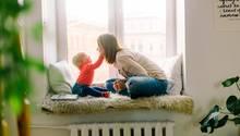 Eine Mutter spielt mit ihrem Kleinkind